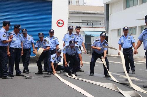 Nhan viên công ty bảo vệ tại quan hoàn kiếm trong bài tập về phống cháy nổ